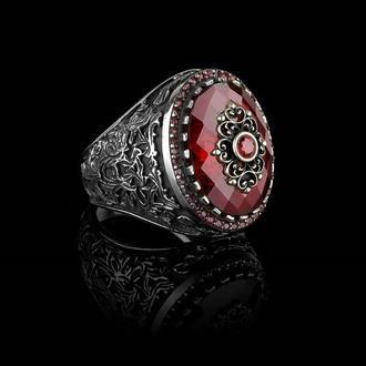 Восхитительное кольцо мужское из серебра с красным камнем гравировка ручной работы