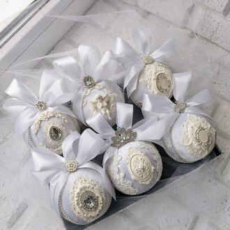 Набор бархатных ёлочных шаров белого цвета