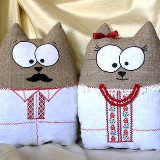 Пара котів у вишиванках