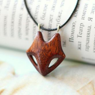 Кулон лисичка из красного дерева (махагони)  Кулон волк подарок парню. Кулоны с животными.