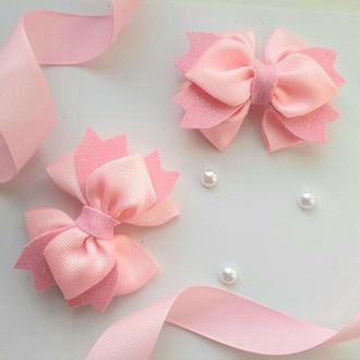 Розовые праздничные бантики для волос