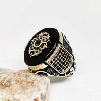 Неестественное кольцо из серебра мужское ручной работы с камнем Оникс и Янтарь с позолотой