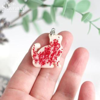 Кулон кот котик с красными сухими цветами в смоле