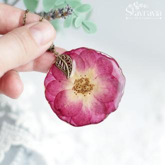 Підвіска з малиново - бордовою трояндою в смолі