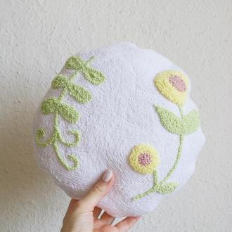 Вышитая декоративная подушка / ковровая вышивка / игрушка