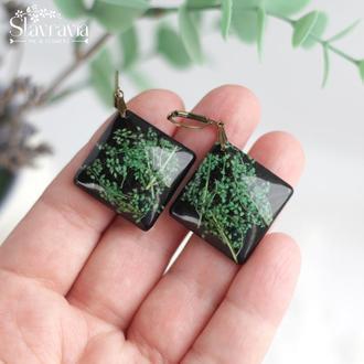 Черные серьги ромбы с зелеными сухими цветами