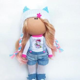 Інтер'єрна лялька в джинсових шортах