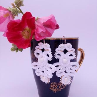 Белые серьги с агатом и жемчугом   к свадебному платью.