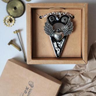 Стимпанк кулон в форме сердца с крыльями.