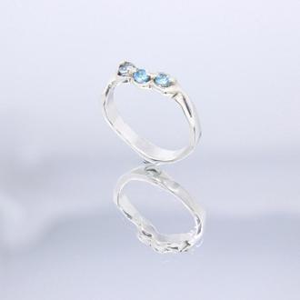 Серебряное кольцо с тремя натуральными голубыми топазами
