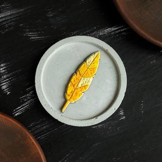 Яркая желтая подвеска Листик на цепочке. Авторский геометрический кулон Перышко - Листик  на шею