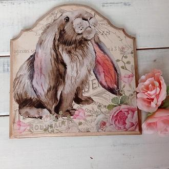 Настенное деревянное панно с милым зайкой