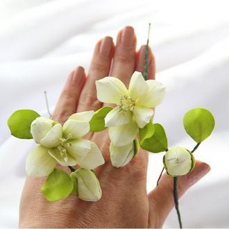 Бело-салатовые фрезии на шпильках. Цветы в прическу.
