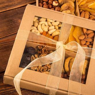 Подарочная коробочка из орешков и сухофруктов