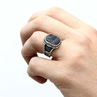 Печатка кольцо квадратная с полосатым агатом ручной работы в серебряной оправе