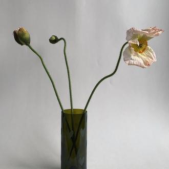 Темная прозрачная ваза, сердце
