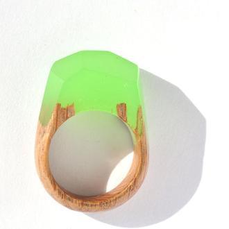 Кольцо из дерева с эпоксидной смолой и люминофором (644)
