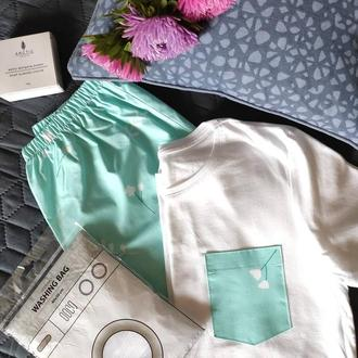 """Подарочный набор с пижамой из футболки и шортов """"Цветочки белые на мятном"""" и мылом ручной работы"""