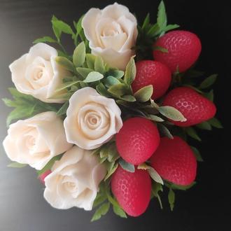 Букет из мыла, розы и клубника