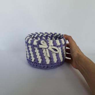 Вязаная корзинка фиолетовая с белым, рисунок диагональный ротанг, диаметр 14 см