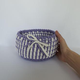 Двухцветная вместительная корзинка сиреневая с белым, диаметр 17 см, рисунок ротанг