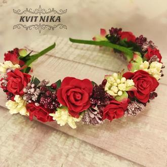 Яркий венок с розами в бордово-красных цветах. Ободок цвета марсала.