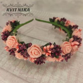Венок с розами в персиково бордовом цвете
