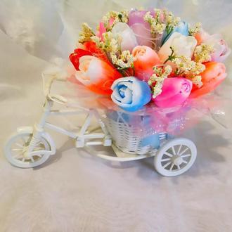 Букет цветов из мыла в декоративном кашпо-велосипеде
