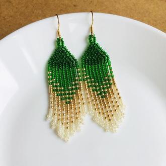 Зеленые серьги из бисера с градиентом