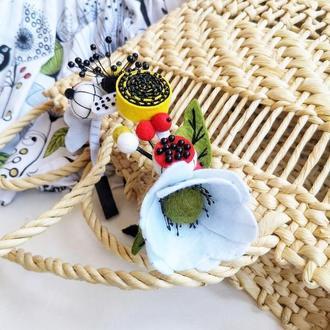 Обручь с фетровыми цветами и ягодами