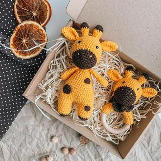 Подарочный Набор игрушка и грызунок Жирафик крючком