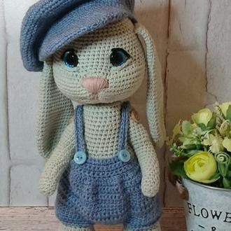 Зайка (кролик) в кепке. Вязаный заяц. Заяц амигуруми.