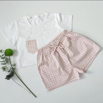 Женская пижама из трикотажной белой футболки и шортами в клеточку розового цвета