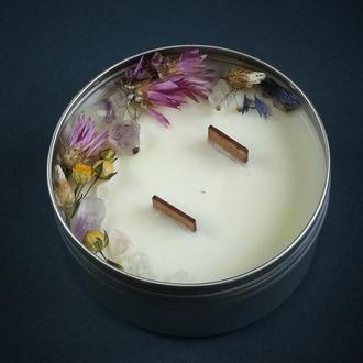 Ароматизована натуральна свічка з дерев'яним гнотом, з квітами, травами та кристалами Аметисту