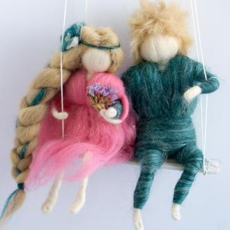 Влюбленная парочка на качели. Валяные куклы на заказ. Персонализация по фото.