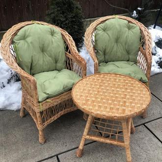 """2 кресла """"Обычные"""" с фисташковыми подушками и столик круглый """"Обычный"""""""