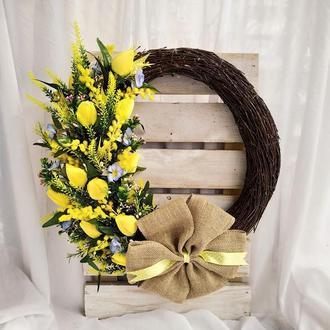 Весенний венок с желтыми тюльпанами и мимозой