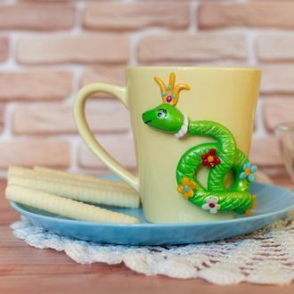 чашка со змеёй из полимерной глины