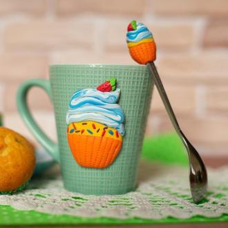 Чашка и ложка с декором из полимерной глины. Чашка с кексом