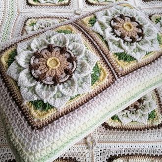 Красивая вязаная подушка с цветами