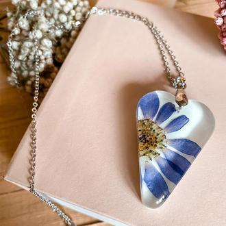 Кулон-сердечко з синьою маргариткою😍