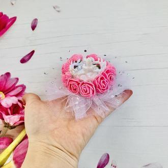 Біла корона з рожевими трояндами