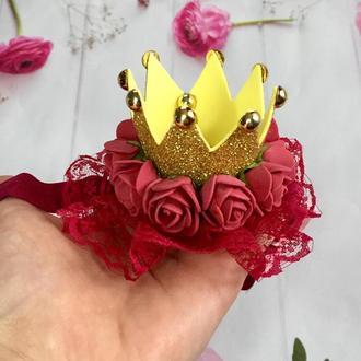Золота корона з бордовими квітами