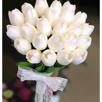 Белый весенний свадебный букет невесты с тюльпанами