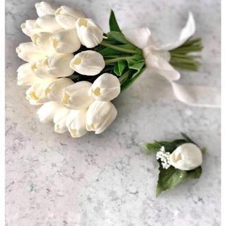 Белая свадебная бутоньерка жениха и свидетелей с тюльпаном