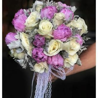Весенний букет невесты из белых роз и фиолетовых тюльпанов