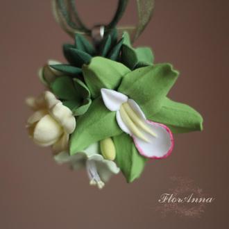 """Зелений кулон з квітами з полімерної глини """"орхідея з суккулентами і фрезією"""""""