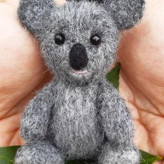 Маленькая милая коала - игрушка сваляна из шерсти