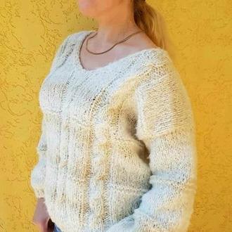 Белый воздушный вязаный пуловер с косами .