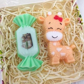 """Подарунковий набір мила """"Жирафик з цукеркою"""" 15х15х3см"""